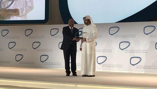 Abdelkader Messahel reçoit à Dubaï le Prix des pionniers arabes des réseaux