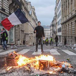 """Macron macht """"Gelbwesten"""" nach Mega-Protesten"""