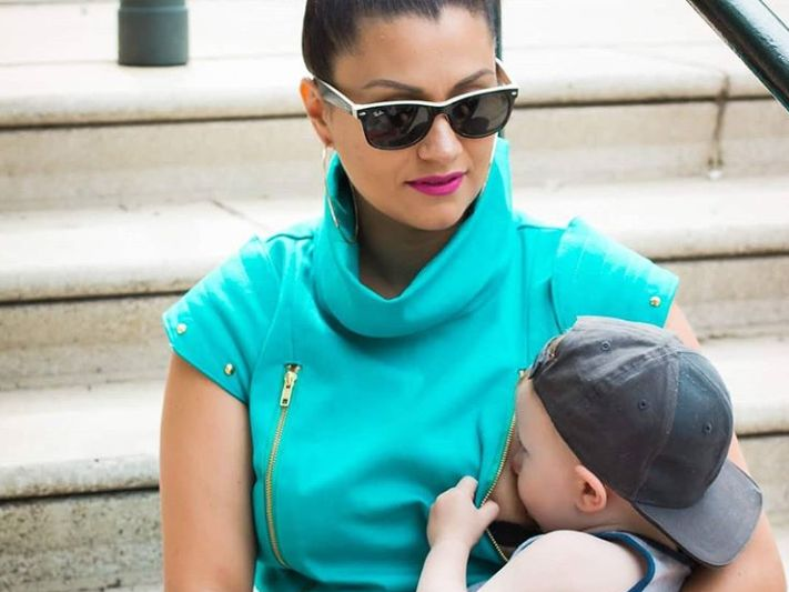 어디서나 아기에게 쉽게 모유를 줄 수 있도록 제작된 옷이 있다