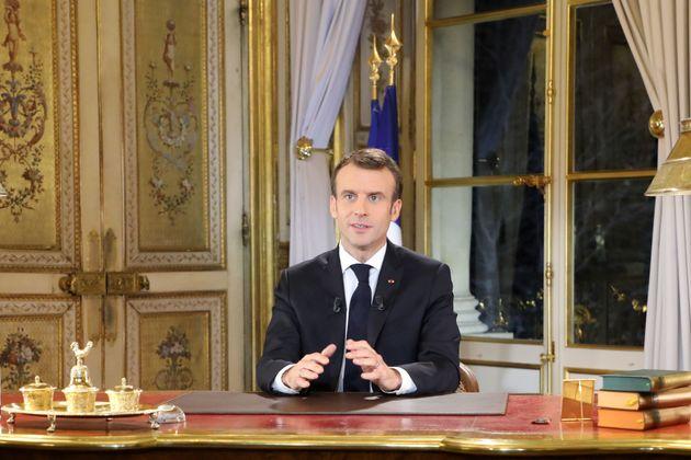 Frankreichs Präsident Emmanuel Macron bei seiner Fernsehansprache am Montagabend.