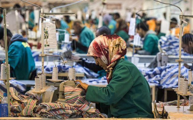 Des employés dans une usine de textile dans la zone franche de Tanger, le 13 mars