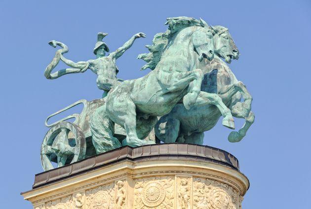 Βρετανία: Ανακαλύφθηκε ταφή με άρμα της Εποχής του Σιδήρου, με τα άλογα να «βγαίνουν» από τον