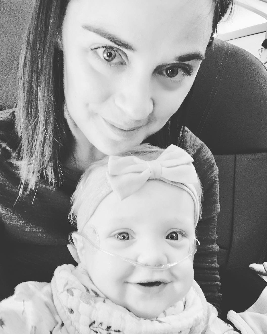 Baby schreit minutenlang im Flugzeug: Als Fremder eingreift, muss Mutter