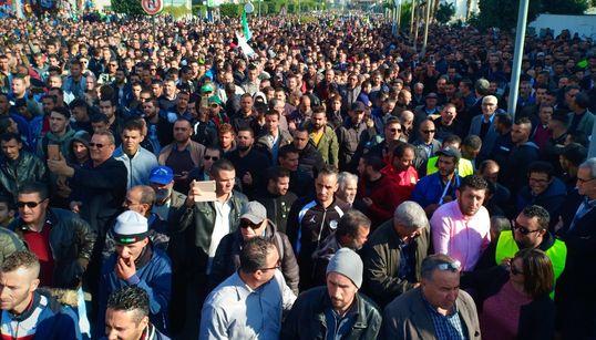 Marée humaine à Béjaïa en soutien à Cevital et contre le blocage des