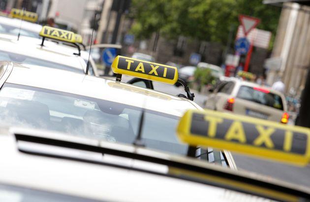 Die Polizei sucht einen bislang unbekannten Taxifahrer. (Symbolbild)