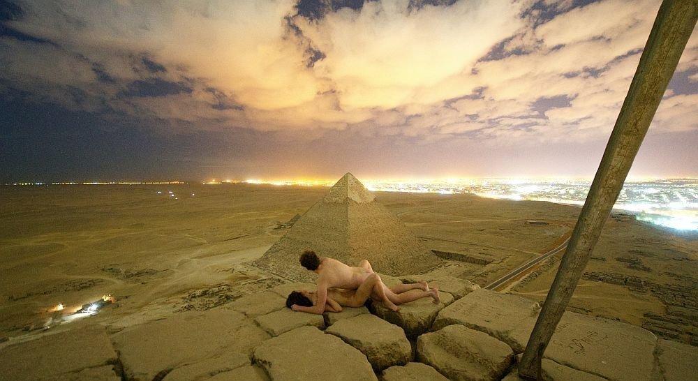 Un couple nu au sommet de la pyramide de Gizeh indigne