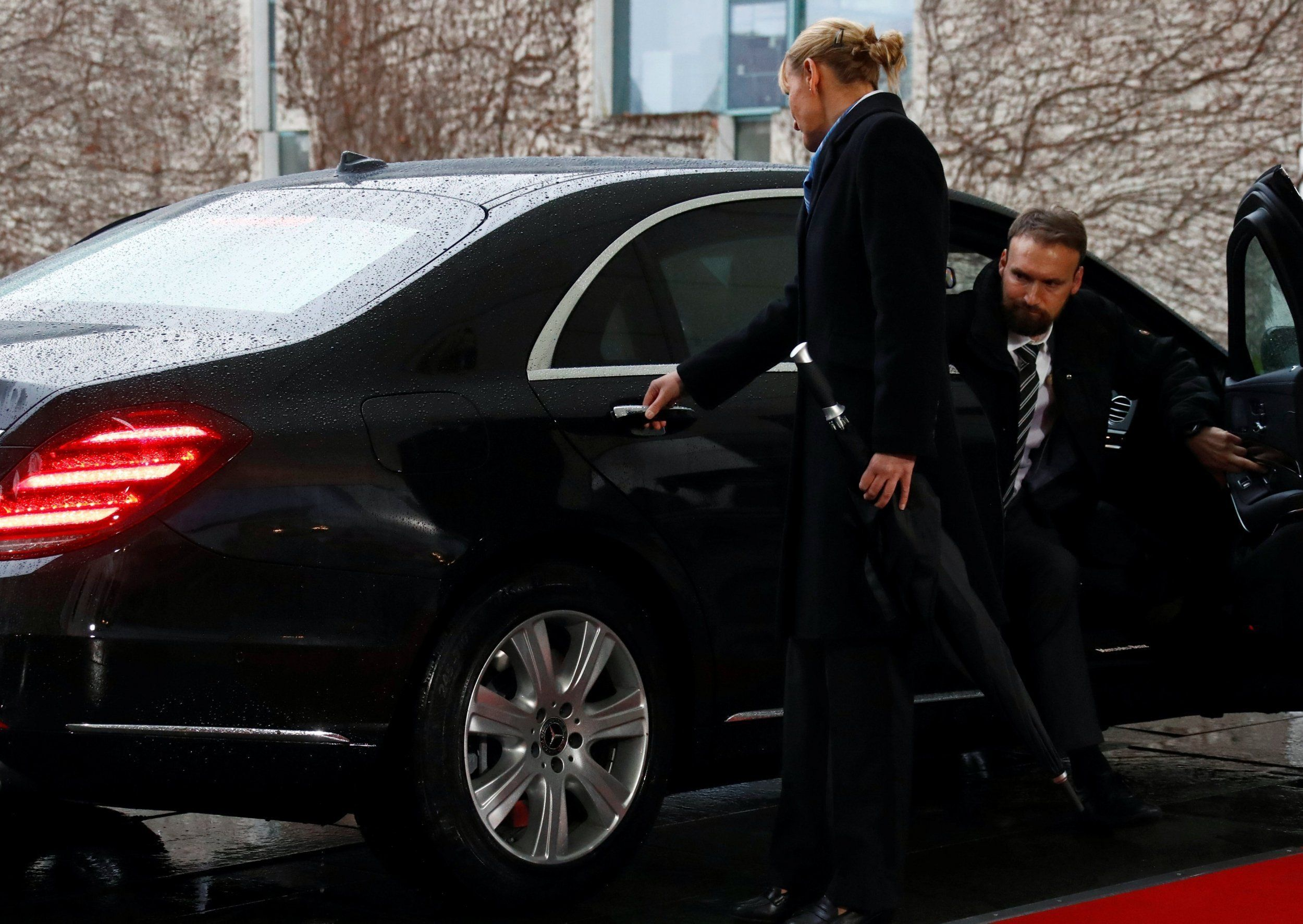 Όλα τα EXIT δύσκολα - Η Μέι κλειδώθηκε στο αυτοκίνητό της πριν τη συνάντηση με τη