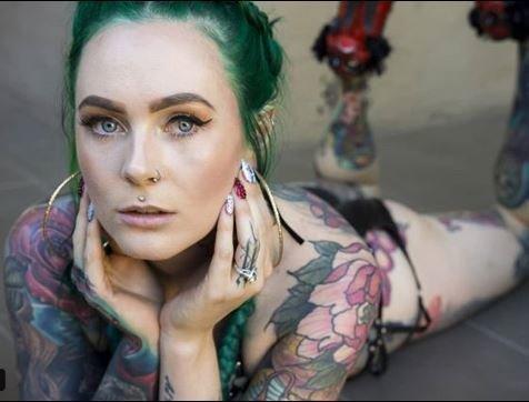 Κι όμως η γιατρός με τα περισσότερα τατουάζ στον κόσμο αντιμετωπίζει καθημερινά τον