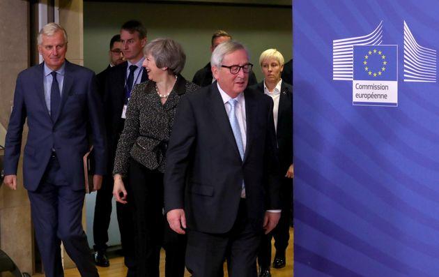 Πόρτα-πόρτα η Μέι στους Ευρωπαίους -Ηχηρό όχι από την