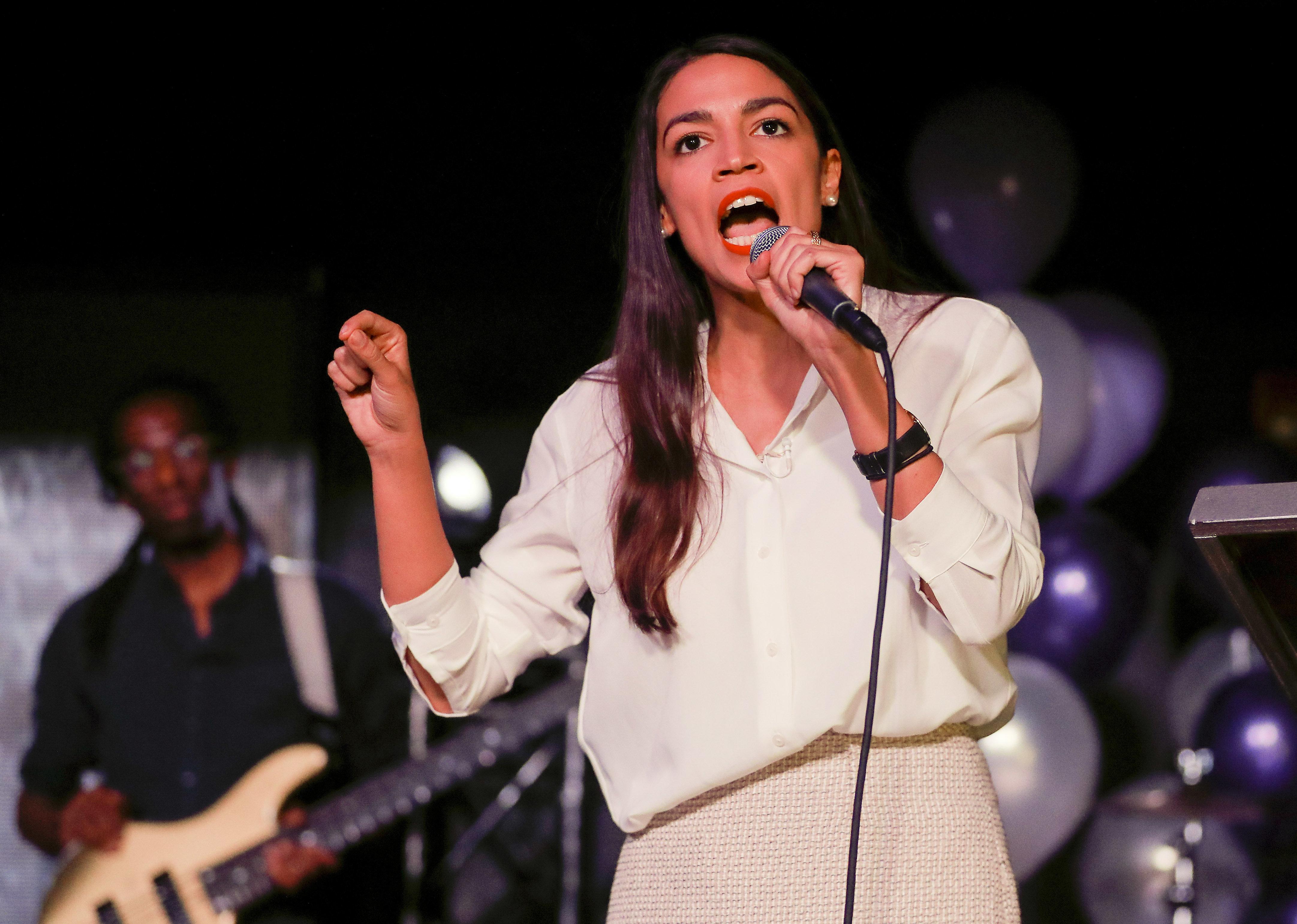 La representante electa Alexandria Ocasio-Cortez le habla a sus partidarios el martes 6 de noviembre de 2018 en su distrito de Queens, Nueva York. (AP Foto/Stephen Groves)