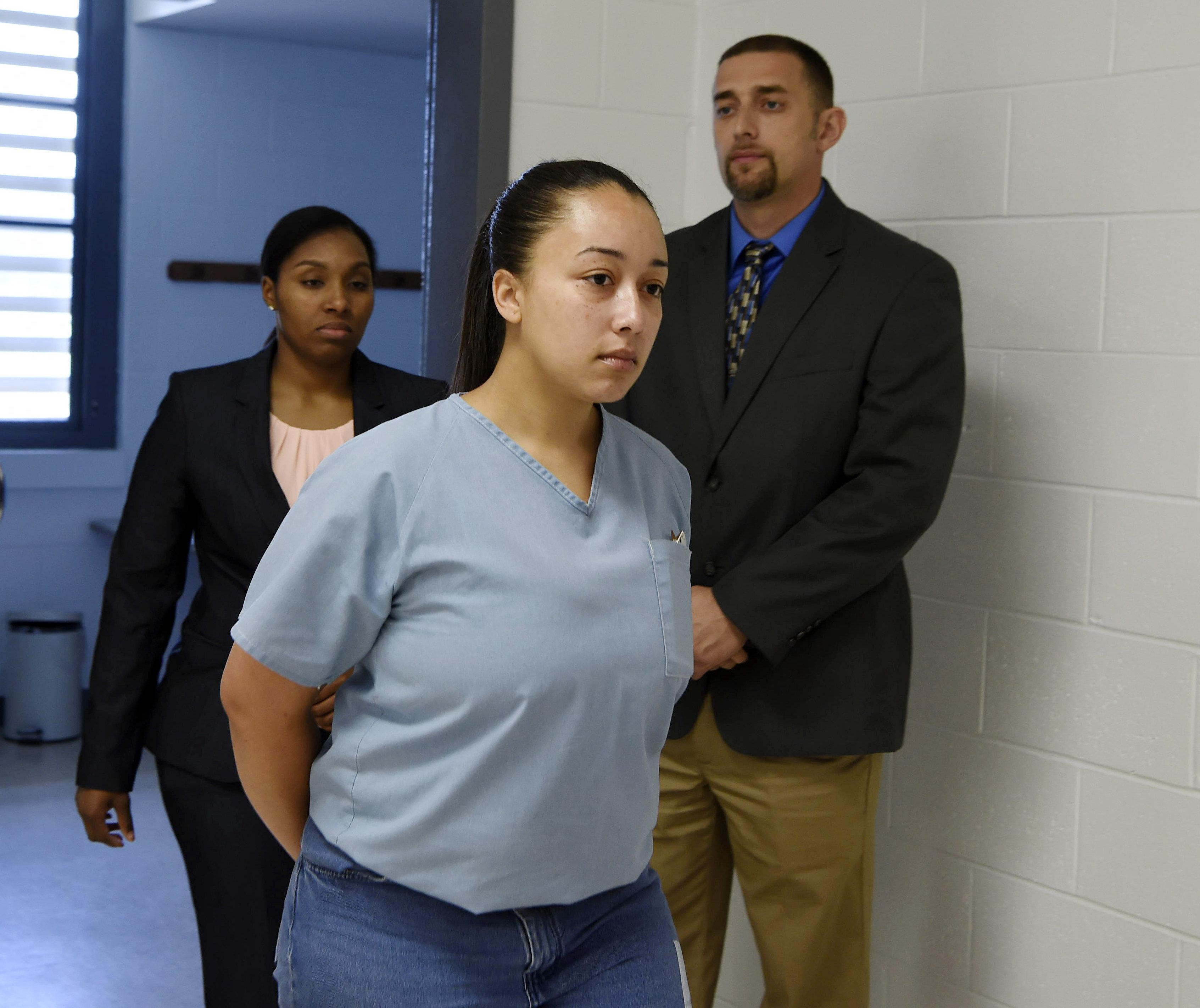 십대 성매매 피해자는 14년간 감옥에서 살았고, 앞으로도 37년을 더 복역해야
