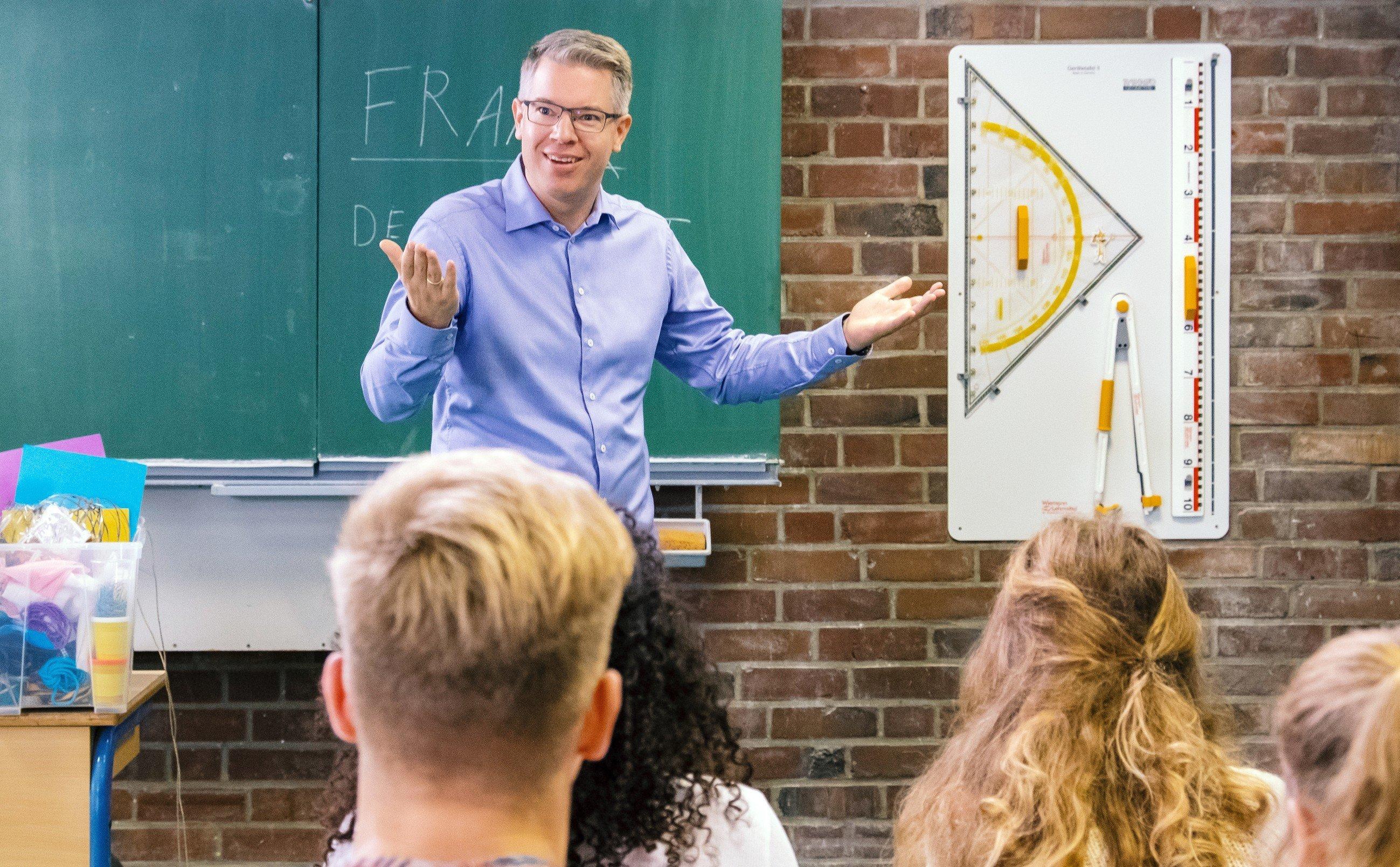 Investor Frank Thelen gibt Unterricht an einer Bonner Schule.