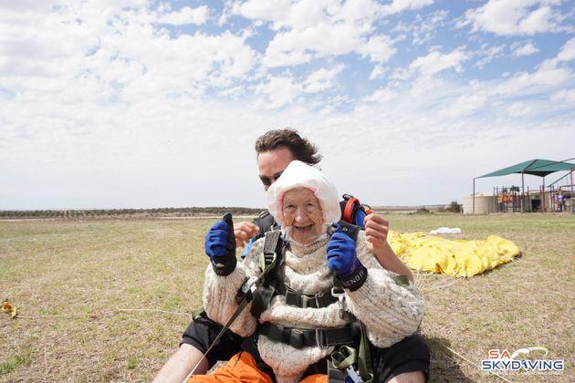 Ατρόμητη γιαγιά πετά με αλεξίπτωτο στα 102 της και μπαίνει στα ρεκόρ