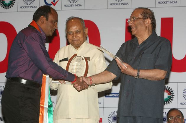 Mohammad Shahid being felicitated by Indian Olympic Association president VK