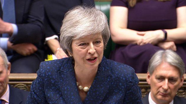 Theresa May obtiene el voto de confianza y seguirá como primera ministra de Reino