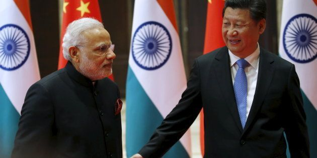 File photo of Chinese President Xi Jinping (R) and Indian Prime Minister Narendra