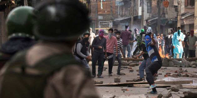 Kashmiri Muslim protesters throw stones at Indian security