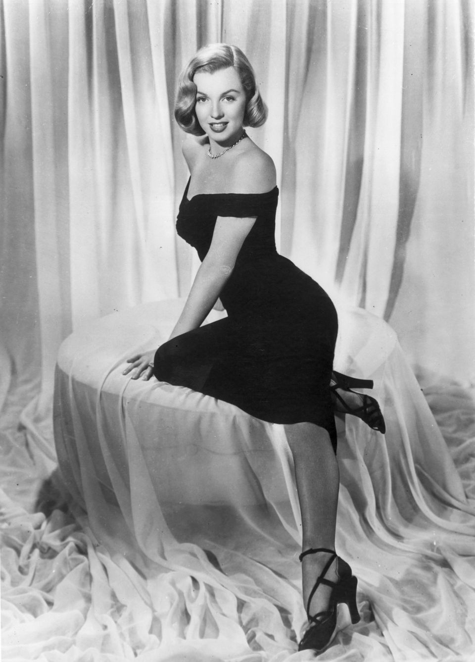 721cc83fb7f6 Hulton Archive via Getty Images. The actress wears a black cocktail dress  ...