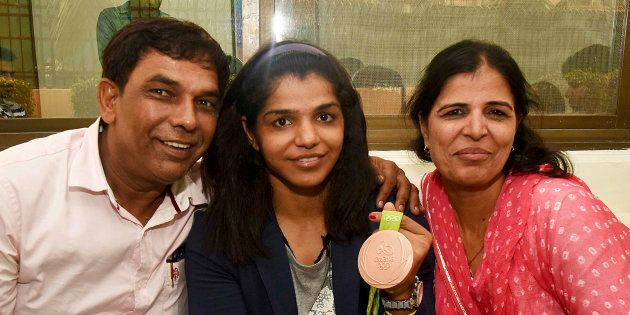 Sakshi Malik with her father Sukhbir Malik and mother Sudesh