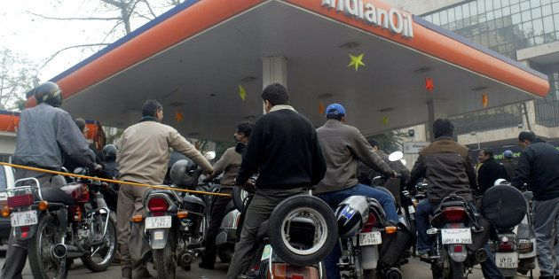 Motorists wait for their turn to fill petrol at a gas station in Lucknow, January 9, 2009. REUTERS/Pawan...