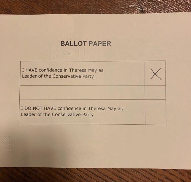 Με 200 ψήφους υπέρ, η Μέι μένει μέχρι να