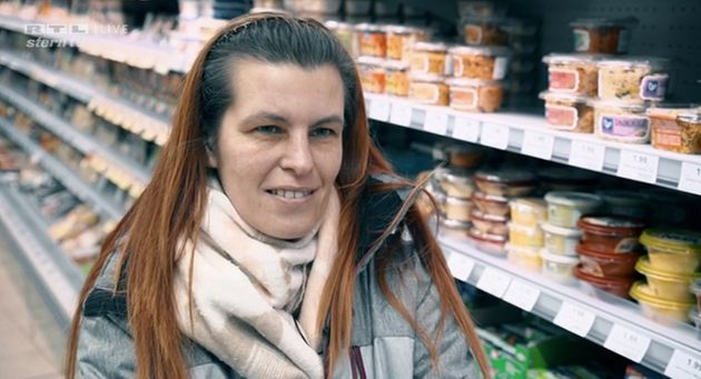 Sandra Schlensog hat kaum Geld zum Leben. Im Supermarkt schaut sie immer nach den Angeboten.