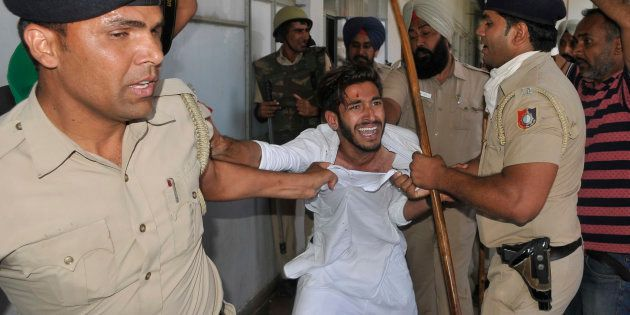 Clash between the protesting students and police during All Party protest for Fee hike outside VC office...