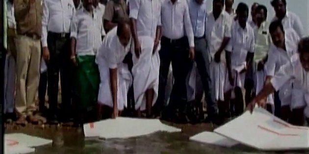 TN Minister Floats Thermocol Sheets On Vaigai Dam In An Innovative Experiment To Prevent