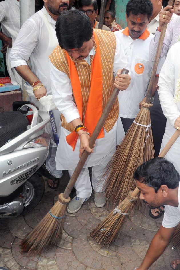 BJP Leaders Turned Up With Brooms To Clean Kolkata Street, But TMC-Led Municipal Body Had Other