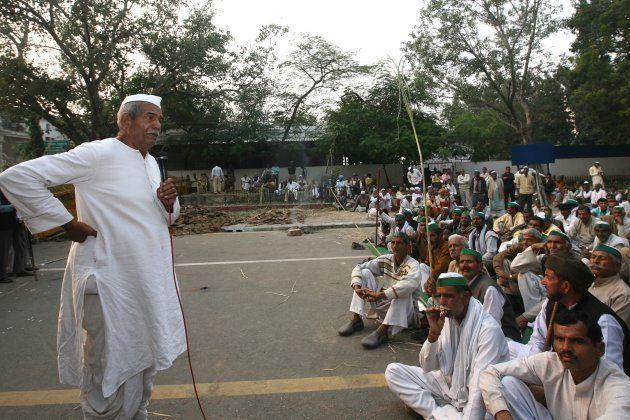 Bhartiya Kisan Union President Mahendra Singh Tikait leading a protest at Jantar