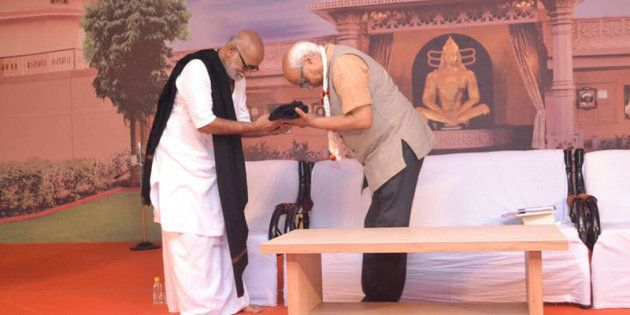 Sudheendra Kulkarni welcomed by Morari Bapu at the Mahuva