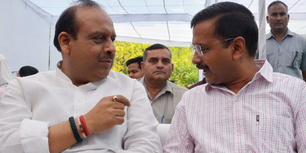 Delhi CM Arvind Kejriwal (R) and BJP leader Vijender