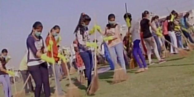 2,104 Surat Residents Sweep Together To Set A New Guinness World