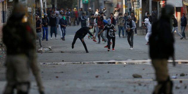 Kashmiri protesters throw stones at Indian policemen in Srinagar on