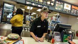 노인이 미국 패스트푸드 매장 아르바이트를 대체하고