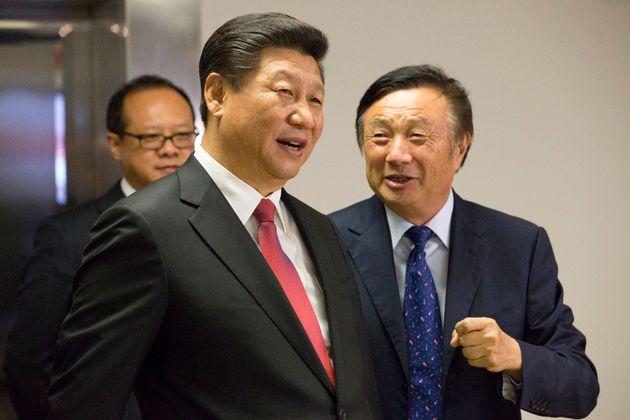지난 2015년 화웨이의 업무 공간을 시찰 중인 시진핑 주석과 시 주석을 수행 중인 런정페이
