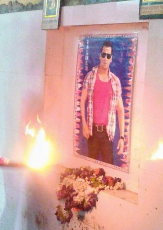 In Today's Dose Of Crazy: Pahalwans Worshipping Salman