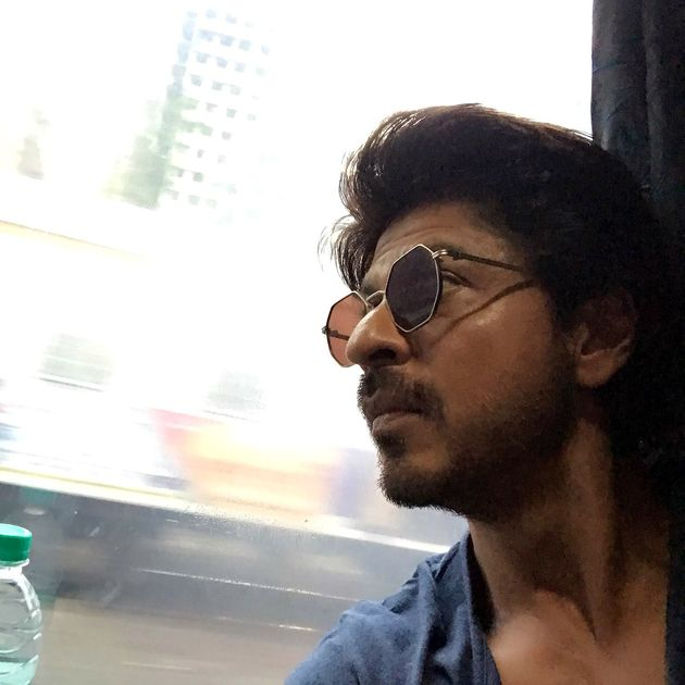 PHOTOS: SRK Is Travelling To Delhi In A Train And His Fans Just Can't