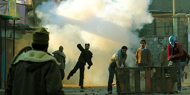 [UNVERIFIED CONTENT] Kashmiri protesters throwing stones towards Indian police during a protest in Srinagar...
