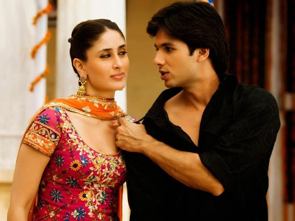 Kareena Kapoor and Shahid Kapoor in a still from 'Jab We
