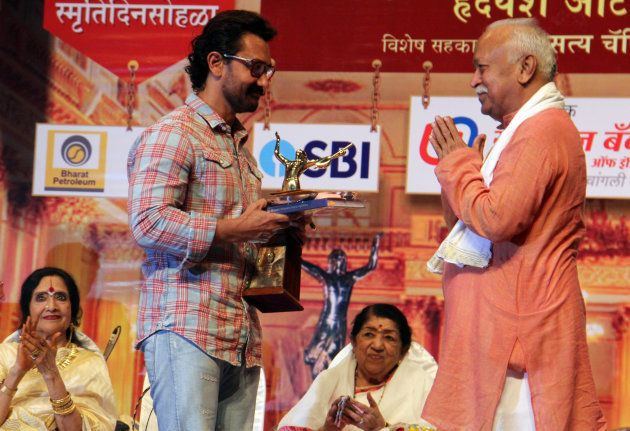 Aamir Khan receives an award from RSS chief Mohan Bhagwat in Mumbai last