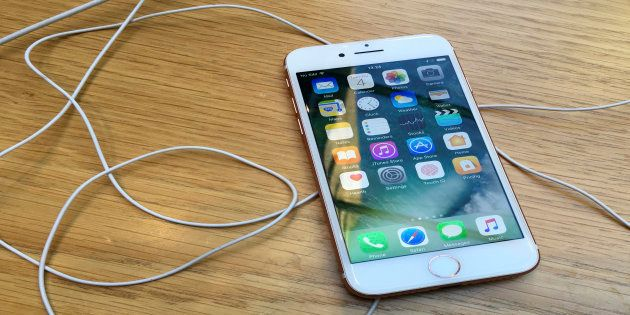 Apple Likely To Use Curved Displays For iPhone 8 OLED