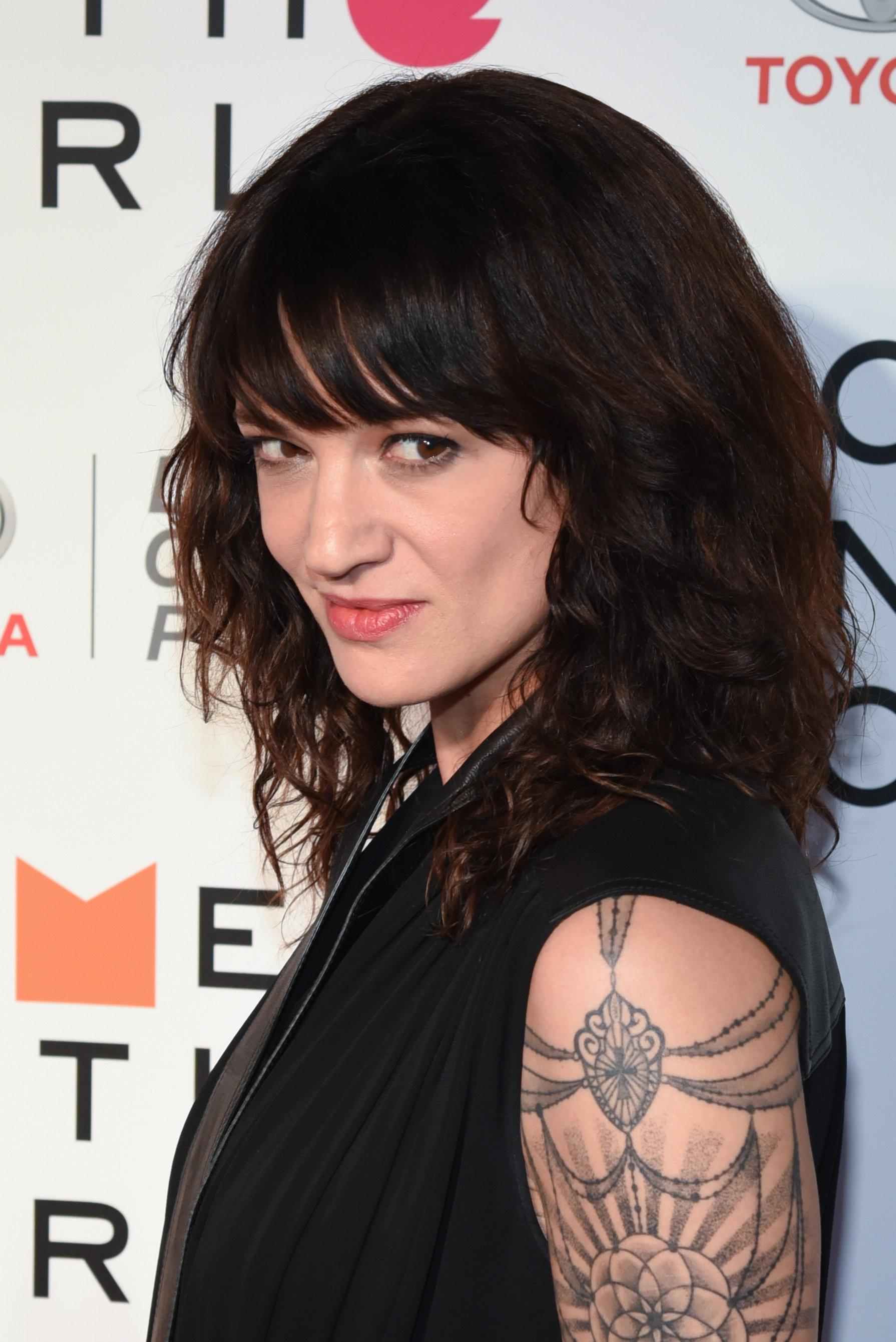 Αζια Αρτζέντο: Περφόρμανς με εσώρουχα, τατουάζ και γόβα