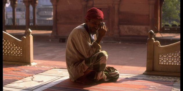 A 1992 photo of a Muslim man, crying over the destruction of the Babri Masjid by Hindutva