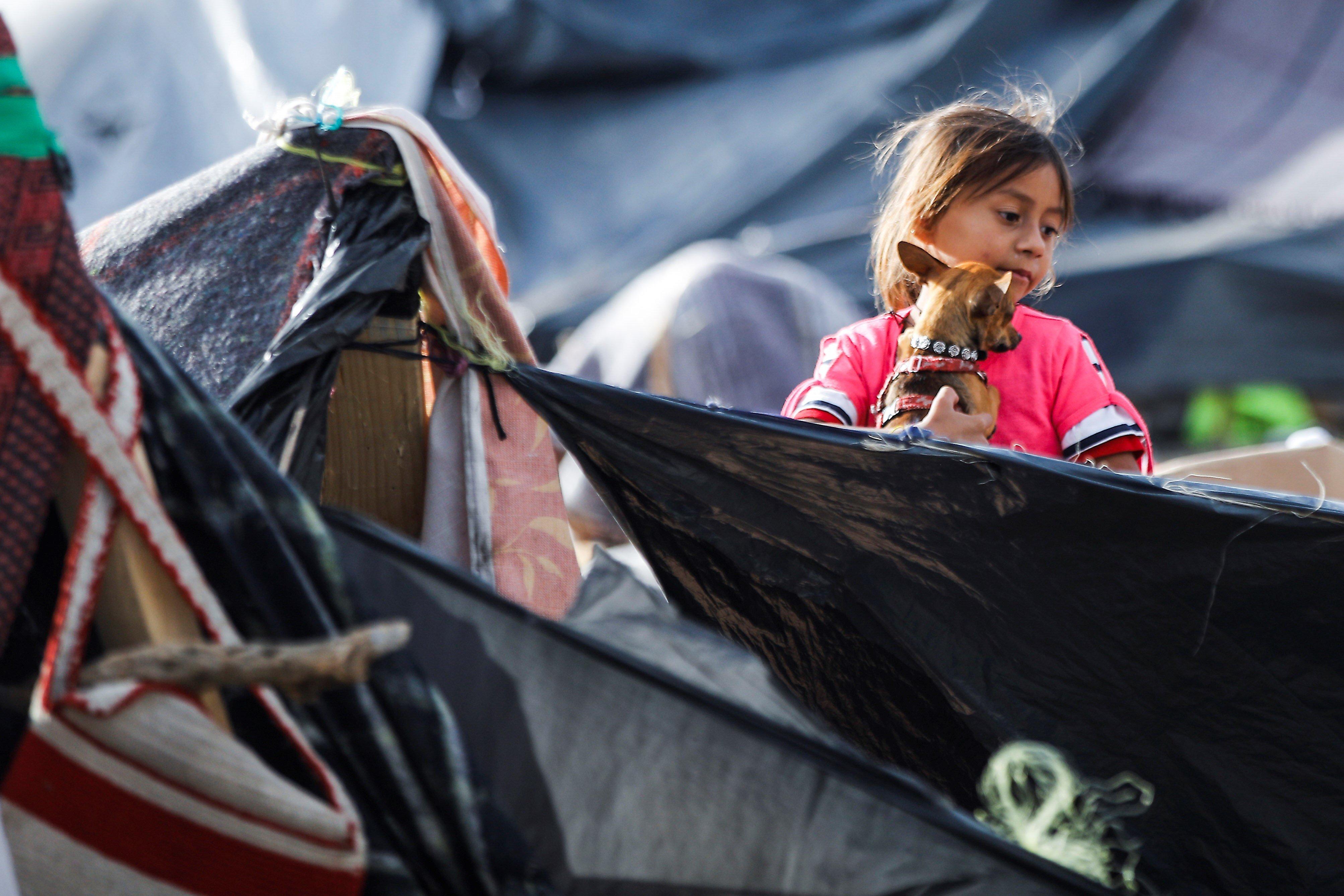 7χρονη μετανάστρια πεθαίνει από αφυδάτωση και εξάντληση ενώ είναι υπό κράτηση από τις αρχές των