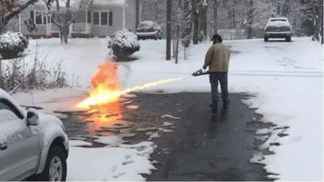 Mann will Einfahrt von Schnee befreien und greift zu