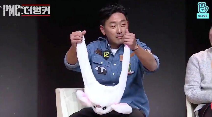 배우 하정우가 토끼 모자를 쓰고 '핵인싸력'을