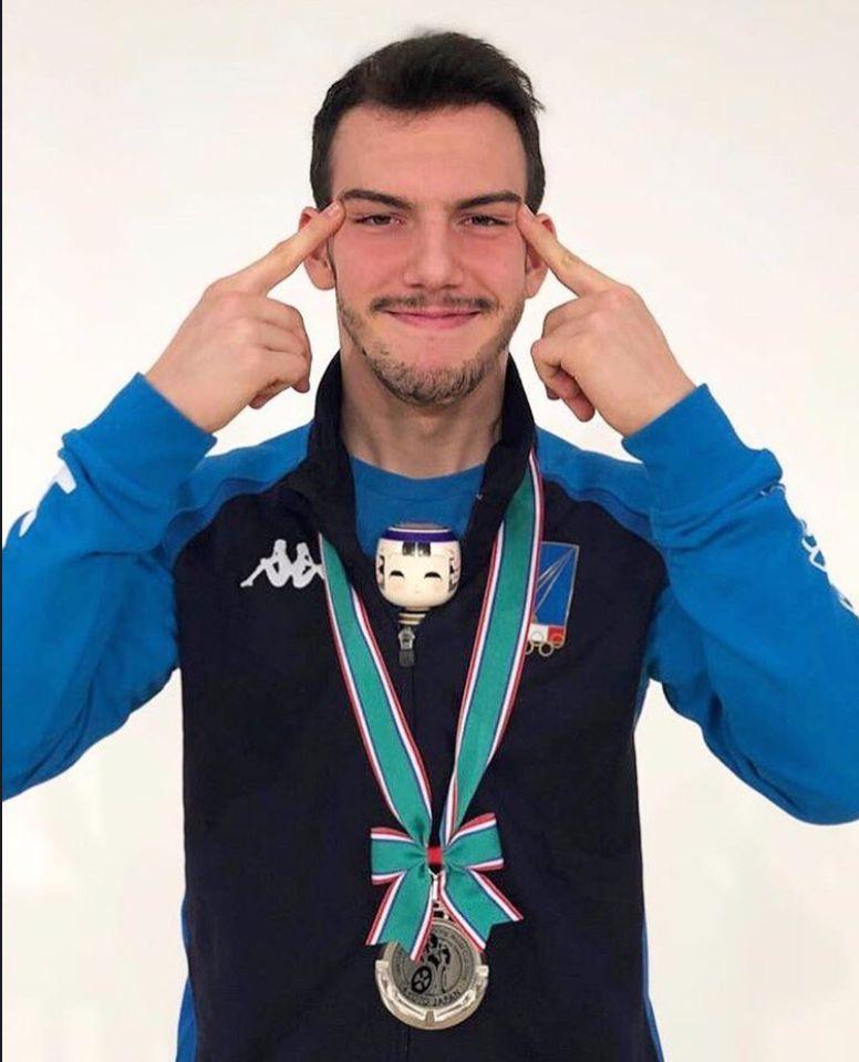 이탈리아 휠체어 펜싱 선수가 '눈 찢기 제스처' 사진에 대해