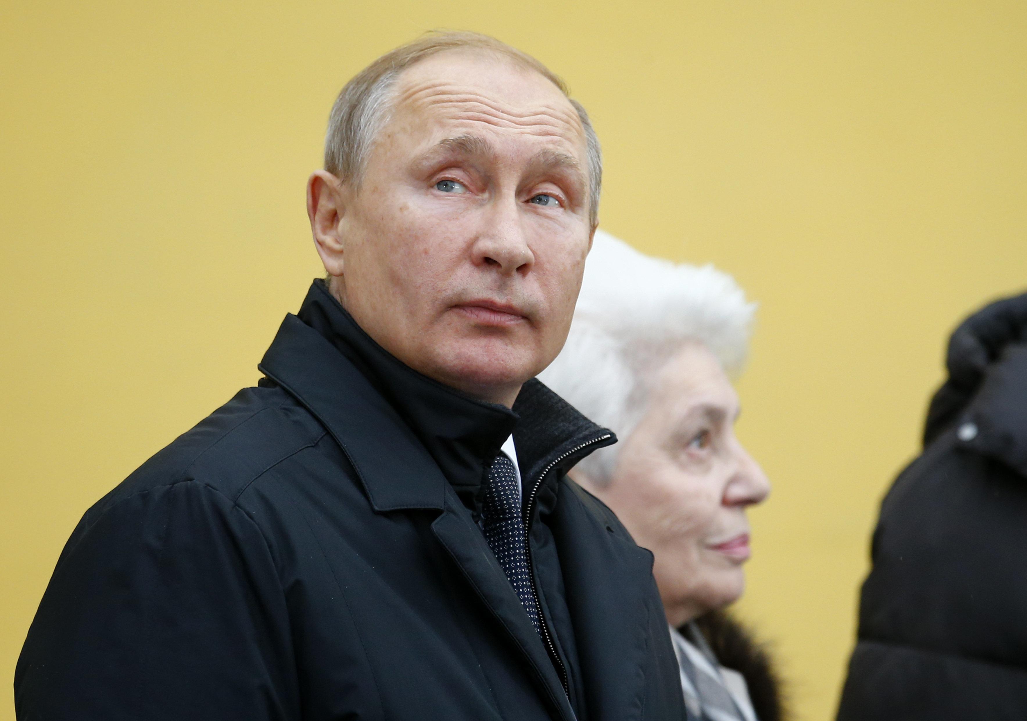 El presidente de Rusia Vladimir Putin ve un monumento del autor ganador de Nobel Alexander Solzhenitsyn en Moscú, Rusia, el martes 11 de diciembre de 2018. (AP Foto/Alexander Zemlianichenko, Pool)