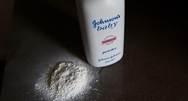 [3줄 뉴스] 존슨앤드존슨이 생산한 베이비파우더에 석면이 검출됐다. 회사는 71년부터 알고